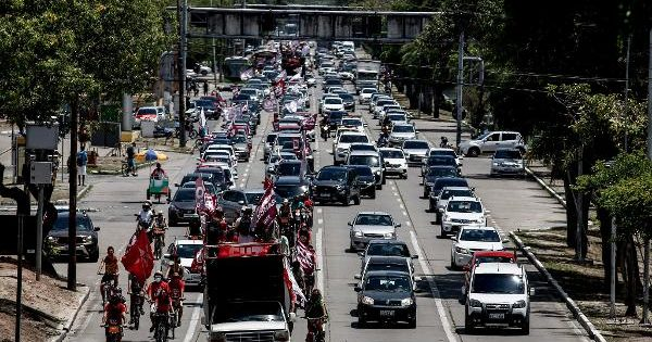 Motorcades against Bolsonaro take to the streets of the country