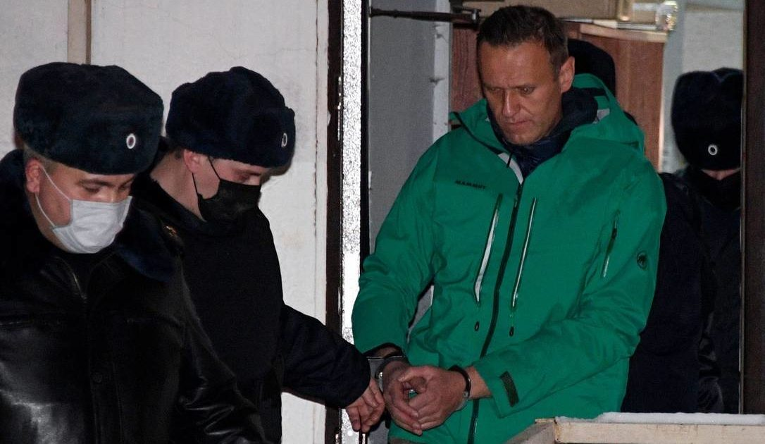 x91244326_Opposition-leader-Alexei-Navalny-is-escorted-out-of-a-police-station-in-Khimki-outside.jpg.pagespeed.ic_.h7HxdJZpt5